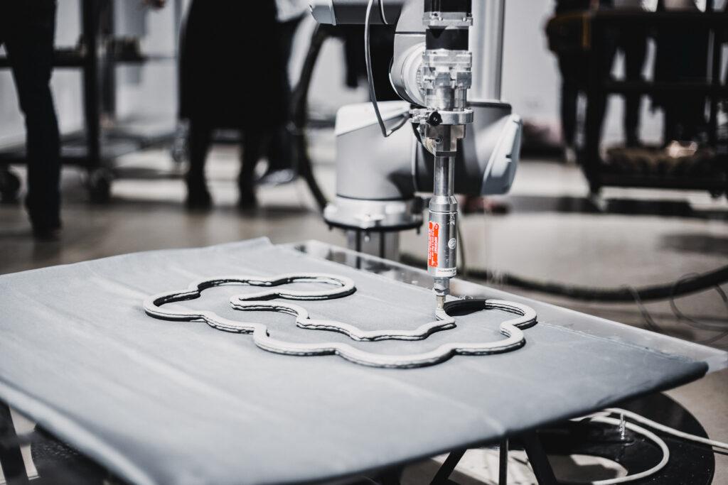 """3D-saviprint EKA Galerii 2020. aasta näituselt """"Keraamiline dimensioon"""", keraamika ja arhitektuuri kohtumine robotiga. Foto: Johan Hallimäe"""