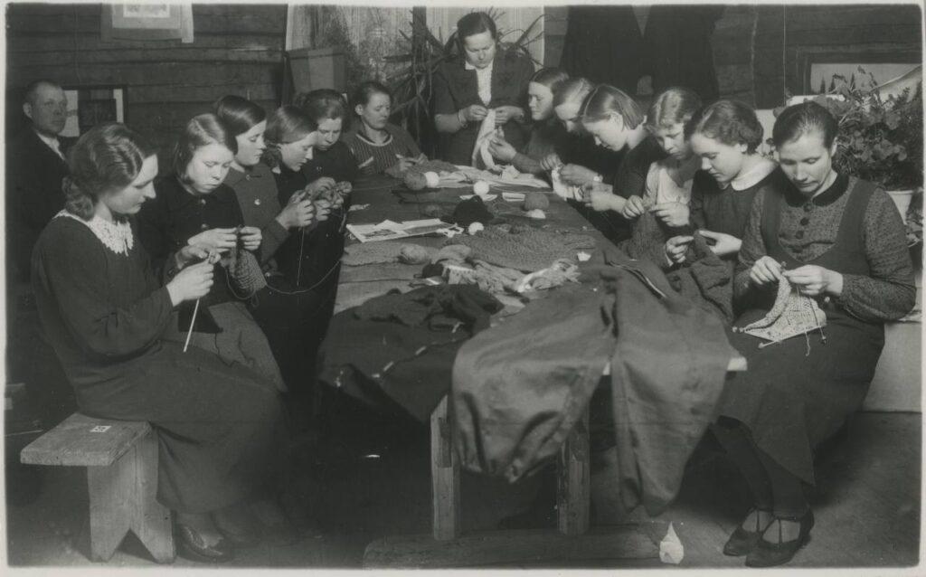 Kantküla neiud käsitöökursustel 1940. aastal. Foto: Rahvusarhiiv