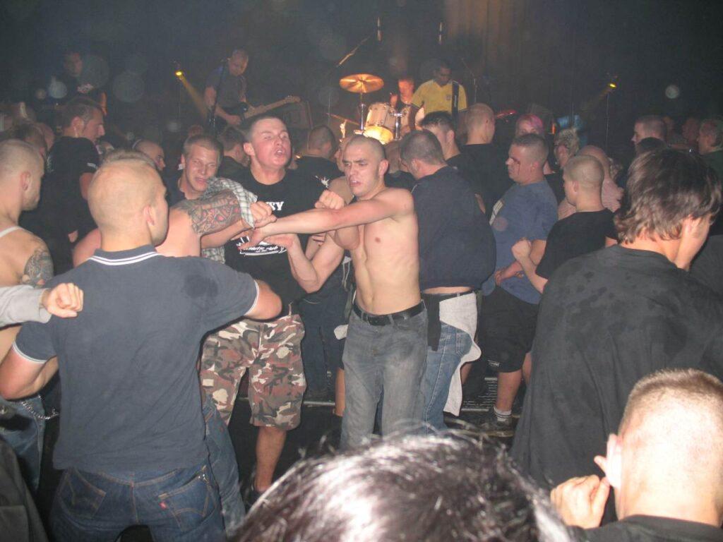 Maskuliinsuse rituaalid ehk skinnide ja punkide kontsert Halle klubis GiG. Foto: Aimar Ventsel