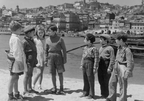 """Scene from Manoel de Oliveira's film """"Aniki Bóbó"""" (1942)"""