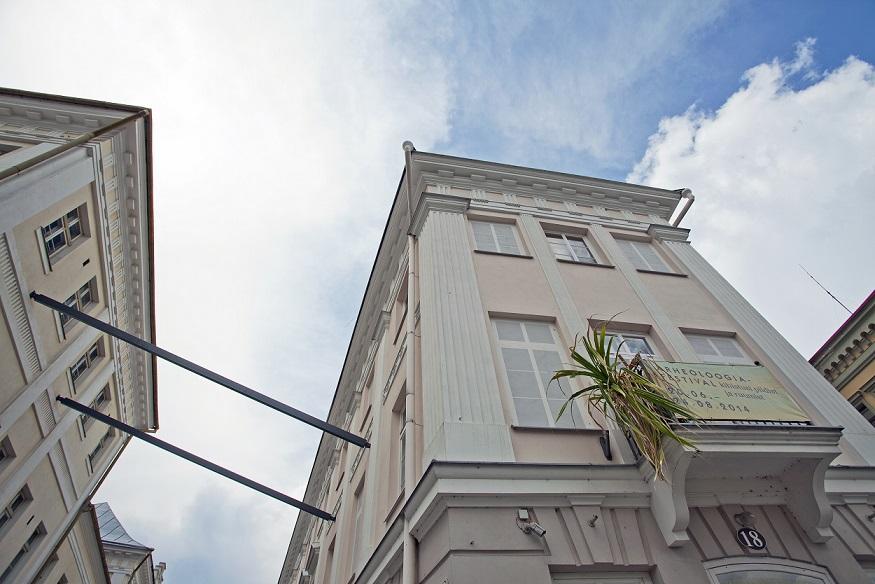 """Anu Vahtra installatsioon """"Illusioon, moonutatud perspektiiv, tasakaalu puudumine, teine dimensioon I"""" Tartus Kompanii tänaval. Foto: Anu Vahtra."""