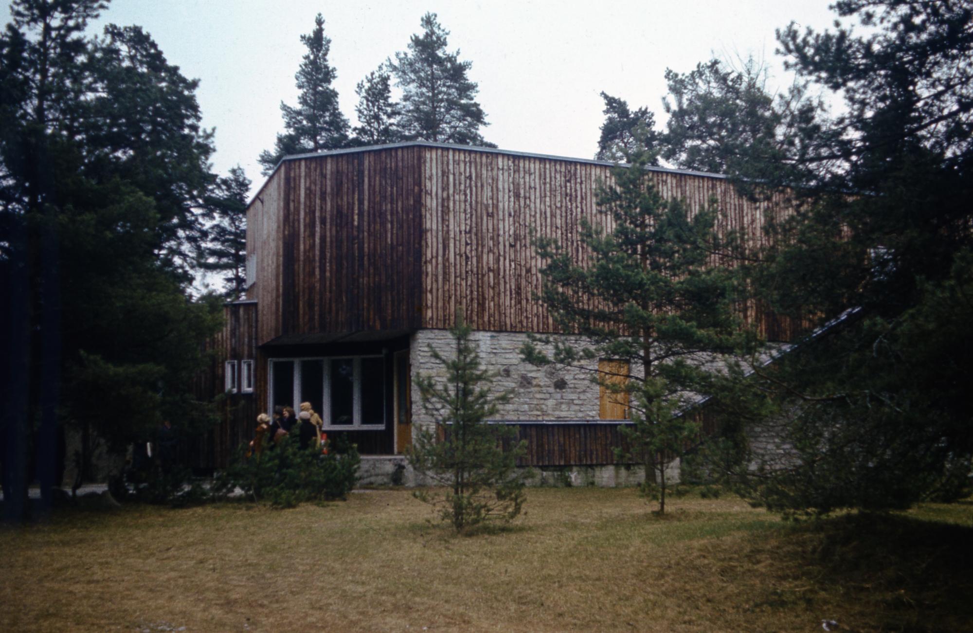 Põllumajanduse Ministeeriumi Ehitus-Montaaživalitsuse Tugamanni jahimaja Vääna jõe ääres. Arhitekt Henno Sepmann, 1970–1973. Foto: Enno Raag / Eesti Arhitektuurimuuseum