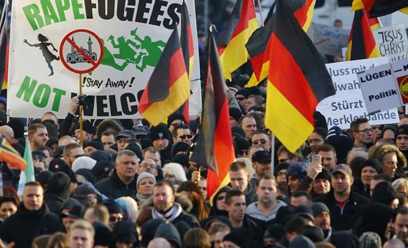 """PEGIDA ehk """"patriootlikud eurooplased lääne islamiseerimise vastu"""" demonstreerivad oma vastumeelsust Kölnis aastavahetusel toimunud naiste massilise ahistamise suhtes. CC by 2.0"""