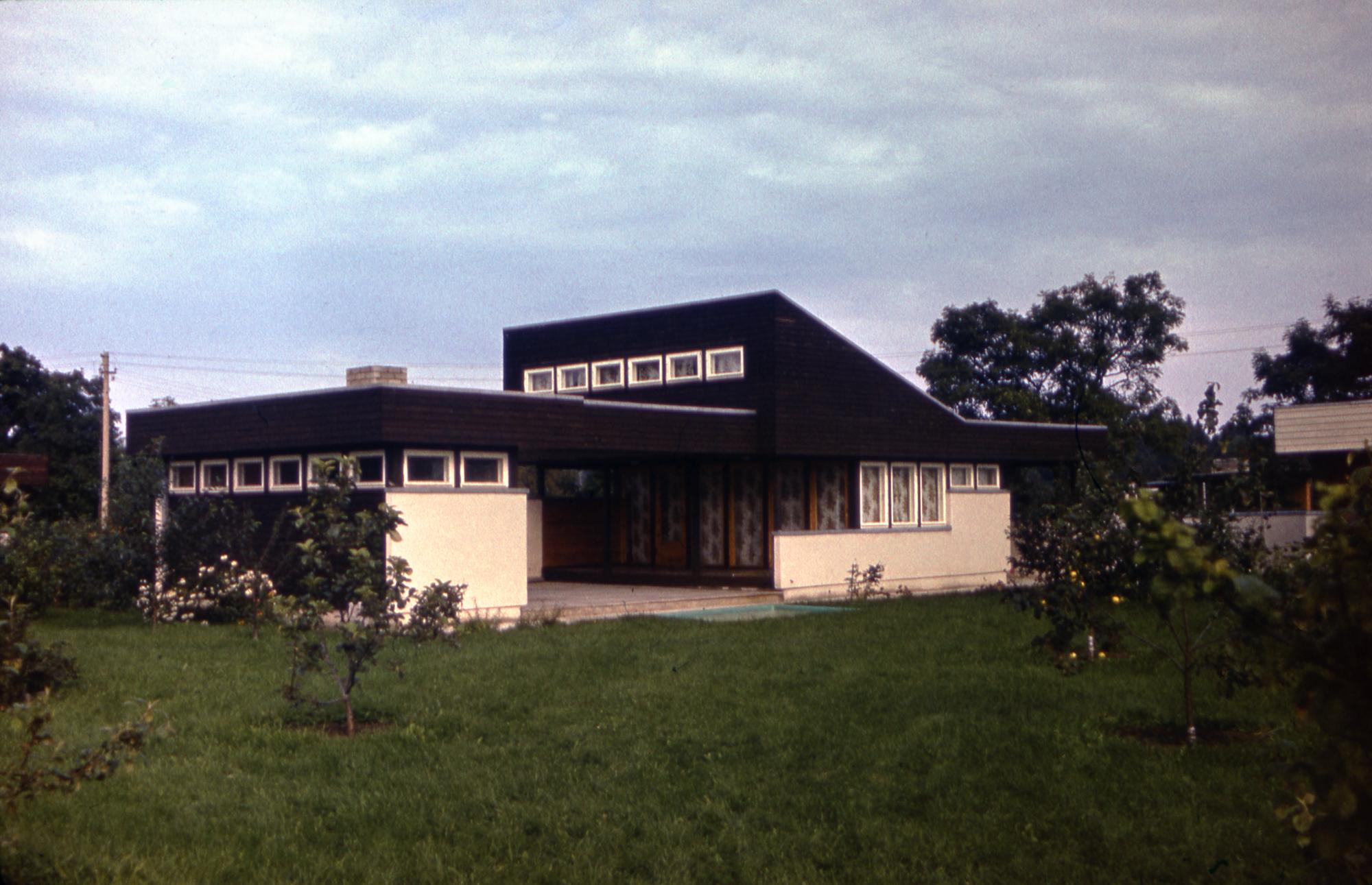 Lembit Aljaste projekteeritud ühest servast tõusva pööningukorrusega suvilat ehitati 1970. aastatel mitmetesse aianduskoopertiividesse. Foto: Eesti Arhitektuurimuuseum