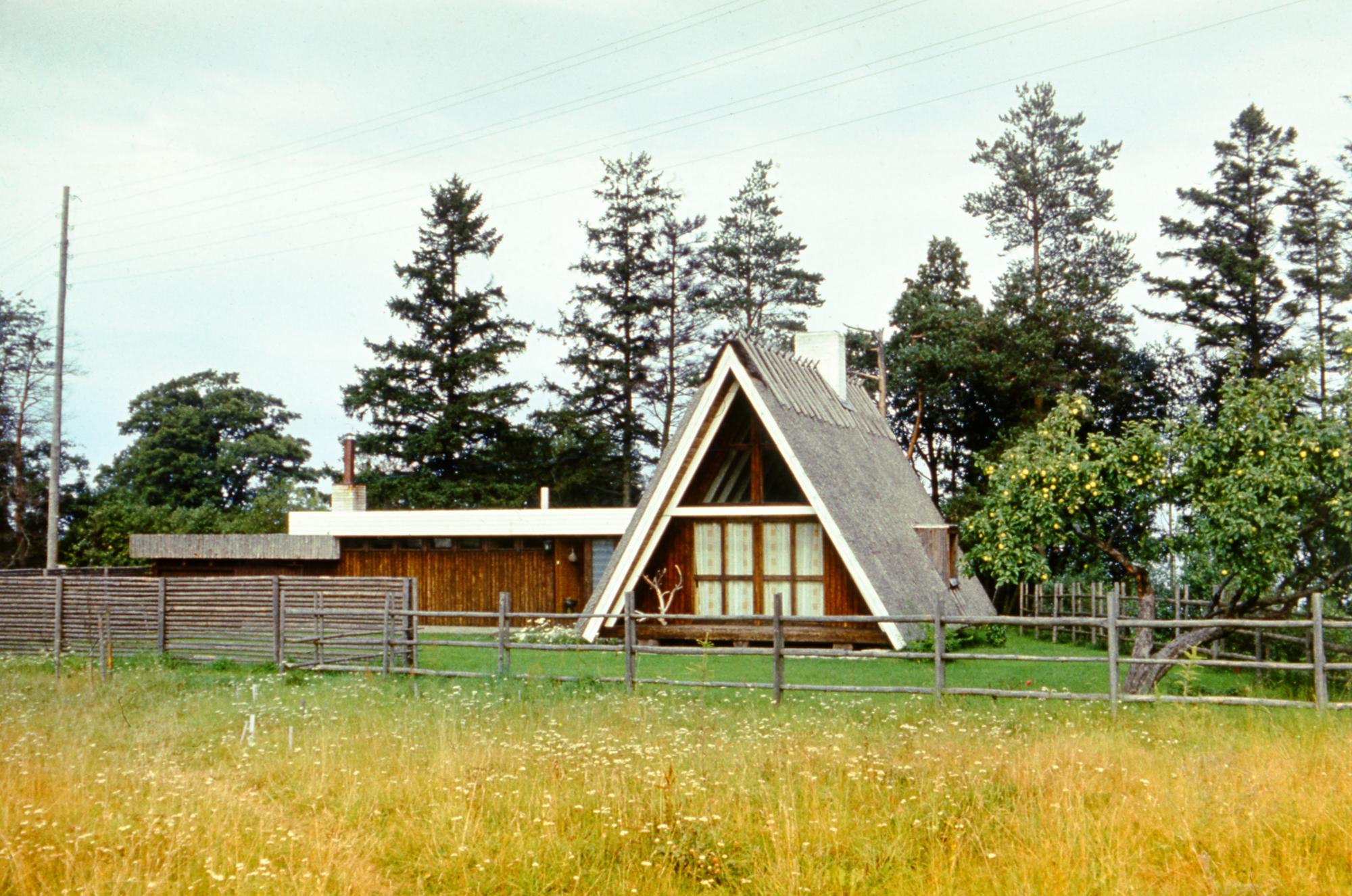 Telksuvila (ingl A-frame) kooperatiivis Romantik Rannamõisas. Arhitekt Hindrek Piiber, 1973. Foto: Enno Raag / Eesti Arhitektuurimuuseum