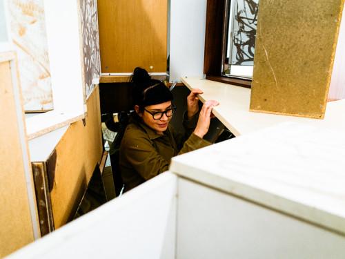 Laura Põld näitust üles panemas. Foto: Priit Mürk