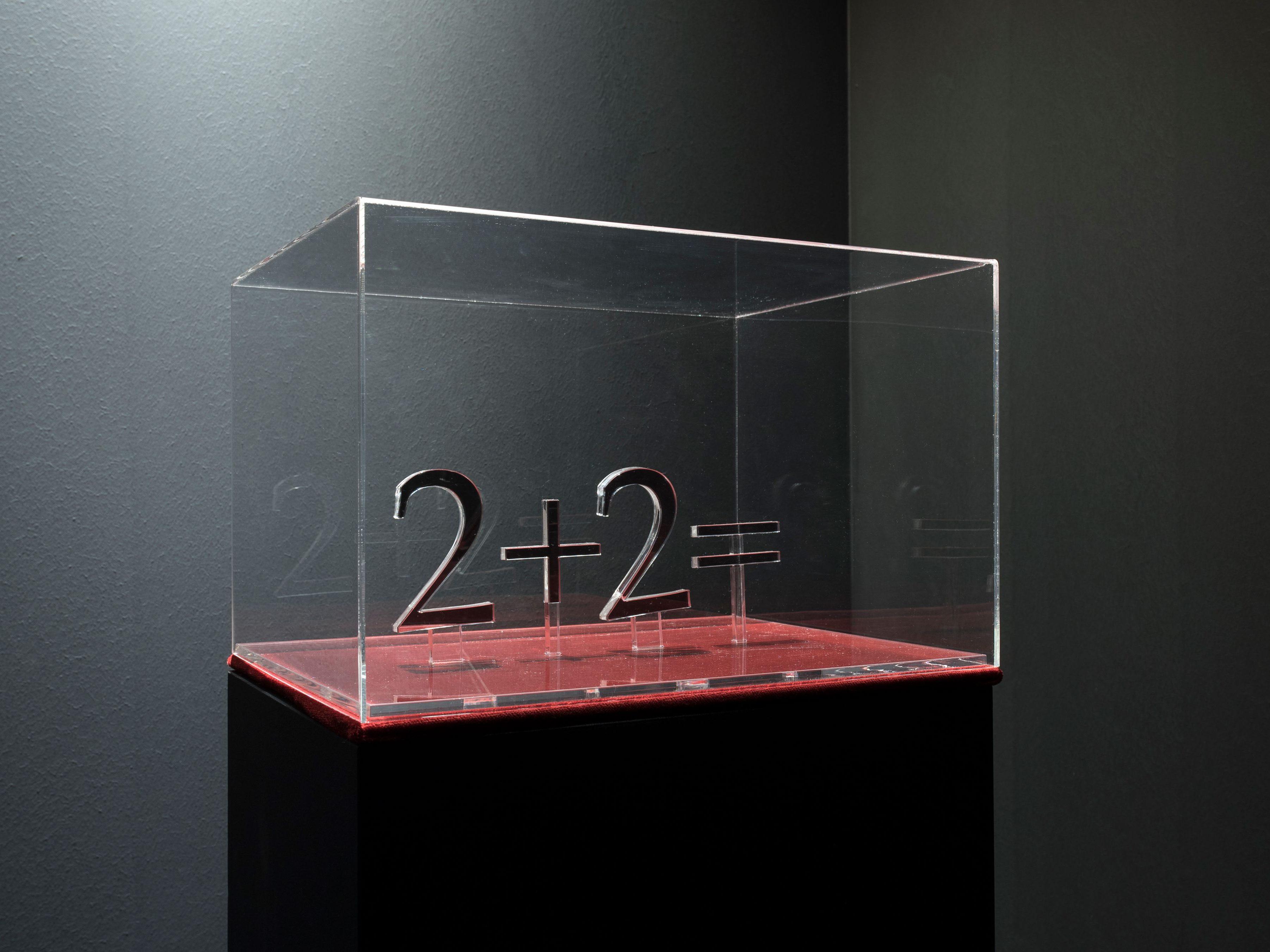 """Skulptuur """"2+2=…"""" on labürint-installatsiooni """"2018"""" (2018) kese, mis vihjab hiljutiste poliitiliste sündmuste valguses taas läbi müüdud teosele """"1984"""". Foto: Karel Koplimets"""