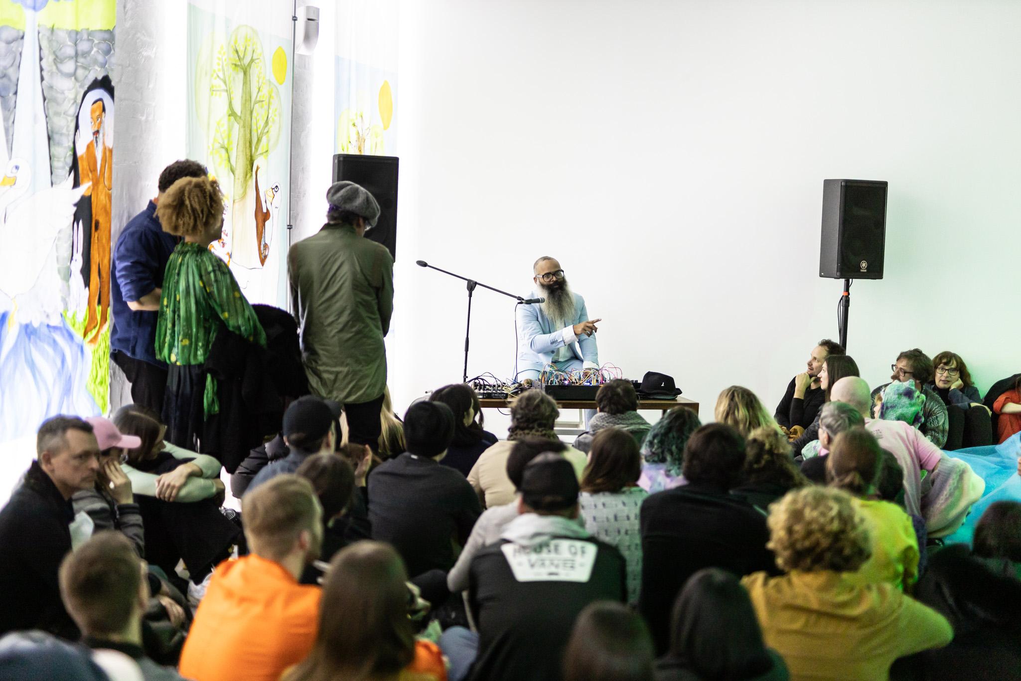 Kyp Malone esinemas Berliinis KW-s näituse avamisel. Foto: Frank Sperling / KW