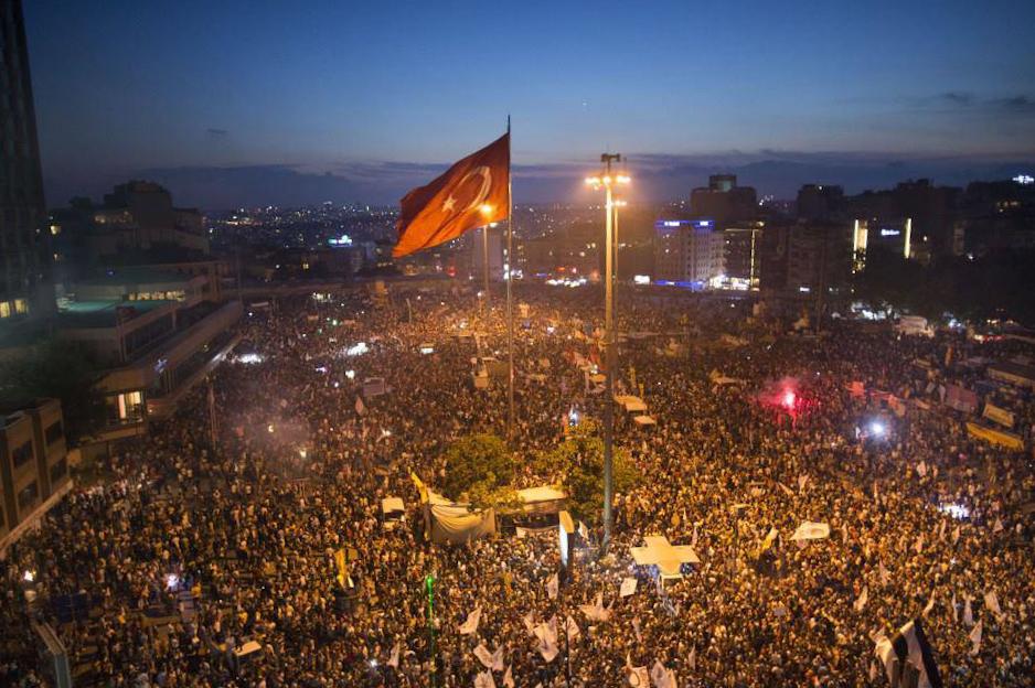 Taksimi väljakule Istanbulis kogunesid 2013. aastal tuhanded demokraatia eest seisvad inimesed. Foto:   Fleshstorm