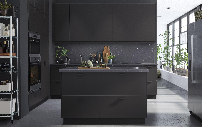 Mööbligigandi IKEA tellimusel disainis Rootsi disainibüroo Form Us With Love 100% taaskasutatud puidust ja plastpudelitest köögimööbli Kungsbacka. Olgugi et küsitavusi võib tekitada see, kui jätkusuutlik saab üleüldse olla ettevõte, mis tugineb madala hinna ja masstootmise ärimudelile ning soodustab masstarbimist, tuleb IKEAle sellegipoolest kiitust avaldada, kuna nad on teinud märkimisväärseid samme keskkonnasõbralikumate tootmisvalikute suunas. Foto: IKEA reklaampilt