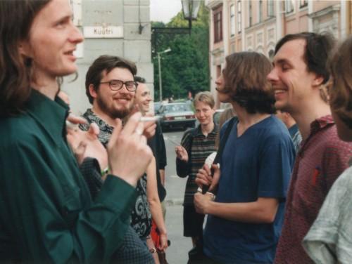 Erakkond + sõbrad. Pildil (vasakult): Mehis Heinsaar, Aare Pilv, Jaan Kangilaski, Ann Veismann, Andreas Kalkun, Lauri Sommer, Marko Kompus. Ilmselt mai 1997. Foto: erakogu