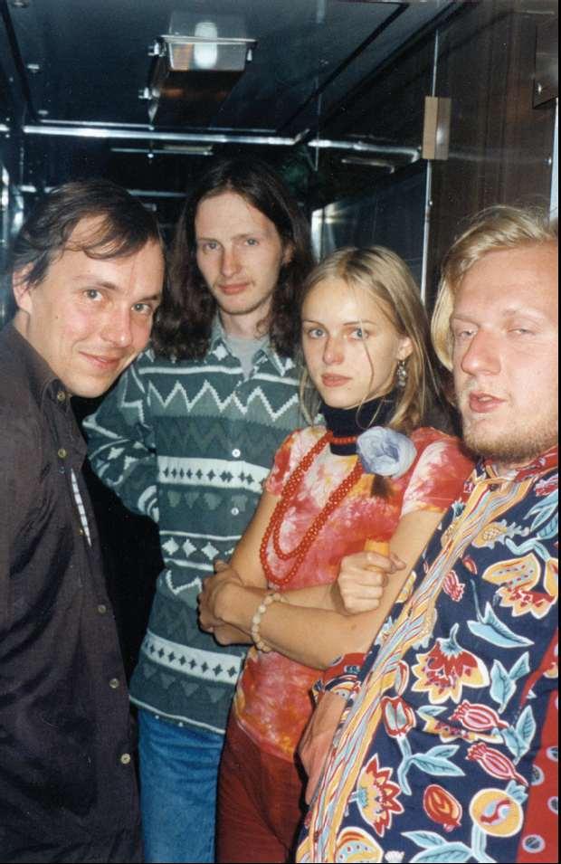 Erakkond + Contra. Pildil (vasakult): Lauri Sommer, Mehis Heinsaar, Kristiina Ehin, Contra. Rongis kas teel Sõktõvkari või sealt tagasi. August 1998. Foto: Aare Pilv