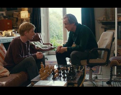 Filmi peategelane Tim (Domhnall Gleeson) isaga (Bill Nighly)