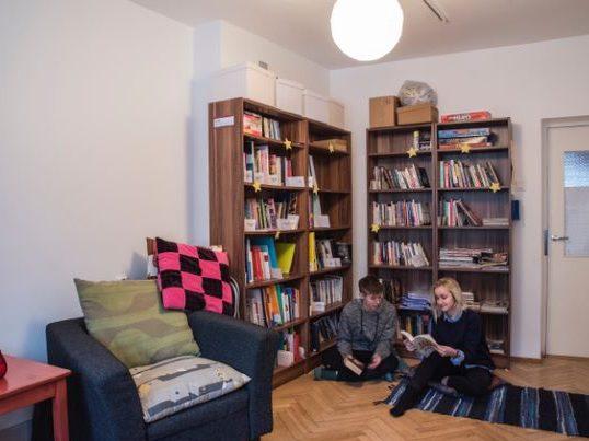 Eesti LGBT Ühingu raamatukogu ja selle külalised. Foto: Anna Kõuhkna