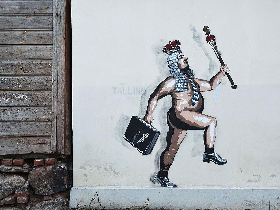 """Edward von Lõnguse teos  """"Alasti keiser"""" (2015) Tartus. Sama teos pesti Tallinnas seinalt maha. Foto: Ivo Kruusamägi"""