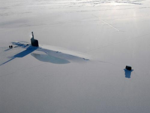 Võidujooks põhjapoolusele sunnib suurriike arendama arktilistesse oludesse sobivat relvastust. Pildil on Ameerika mereväe allveelaev USS Annapolis pärast meetripaksusest jääkihist läbimurdmist nn jääharjutuste (ICEX) käigus. Foto: Tiffani M. Jones / USA merevägi / AFP Photo / Scanpix