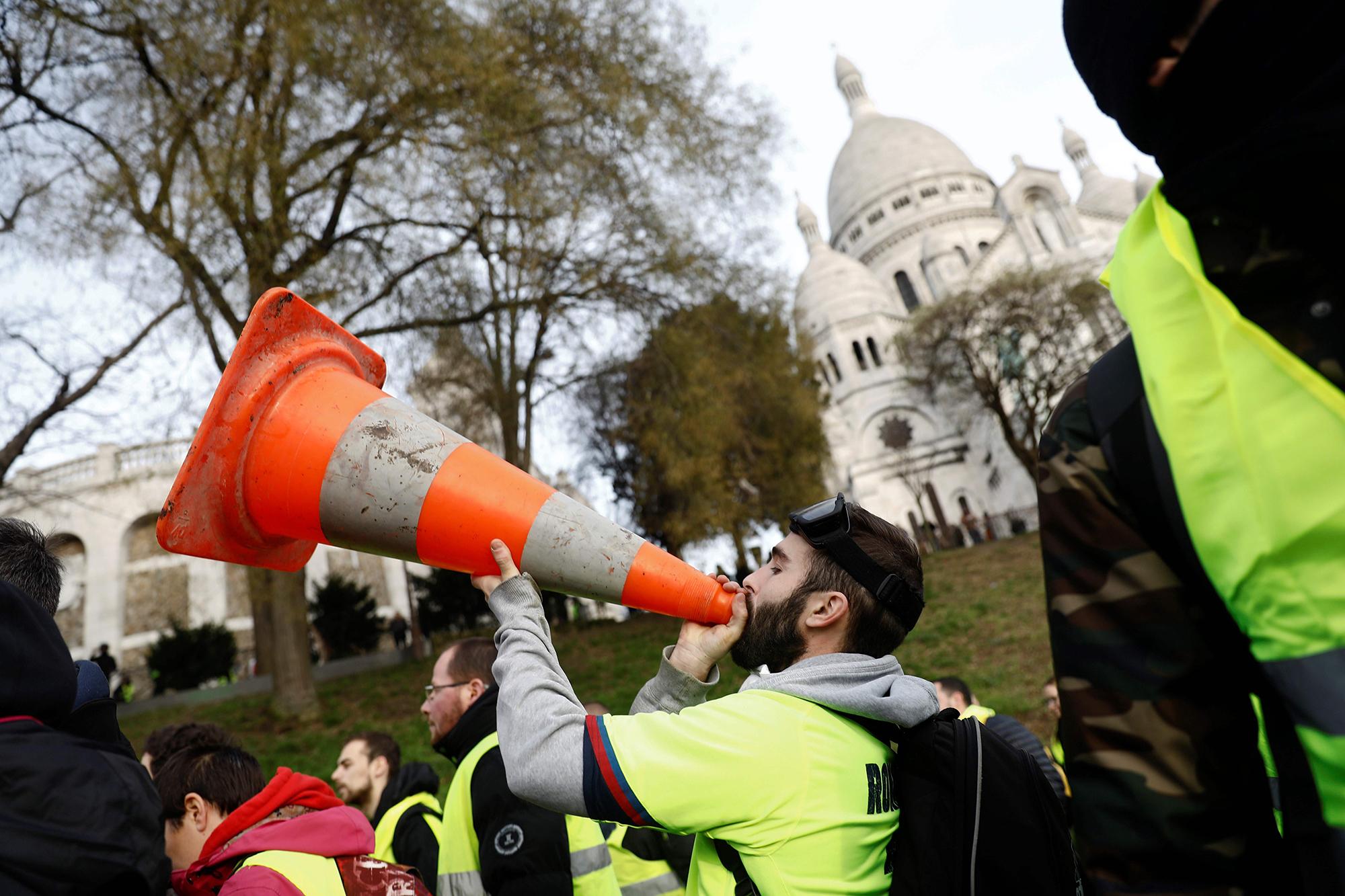 Meeleavaldaja kasutab oma sõnumi võimendamiseks liikluskoonust. Foto:  Sameer Al-Doumy/AFP