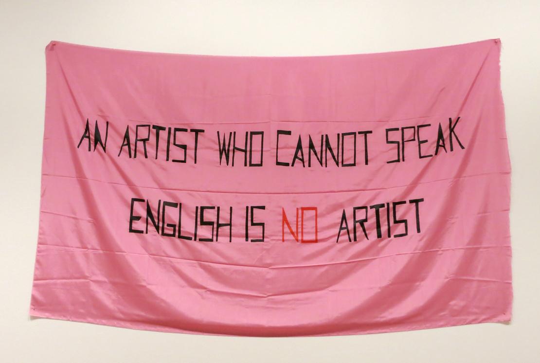 """Mladen Stilinović """"An Artist Who Cannot Speak English Is No Artist"""", 1992, Zagrebi kaasaegse kunsti muuseum. Jugoslaavia retro-avangardi hulka arvatud Mladen Stilinović (1947–2016) juhtis tähelepanu võimusuhetele Lääne-keskses kunstimaailmas, millest neil, kes inglise keelt ei oska, pole võimalik osa saada."""