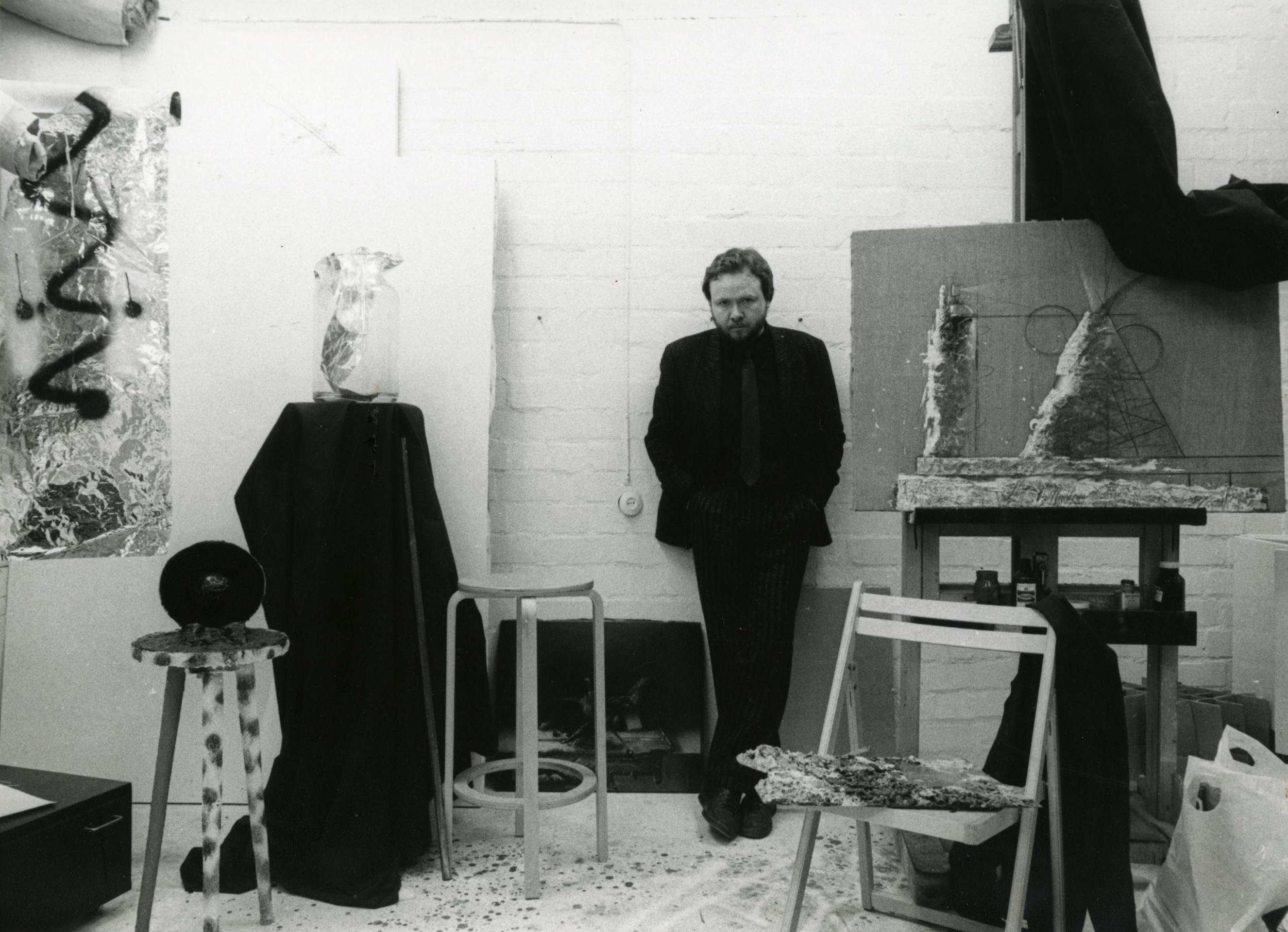 """Ando Keskküla Raja tänava ateljees oma poolelioleva maaliga """"Nimeta"""", 1987. Foto: erakogu"""