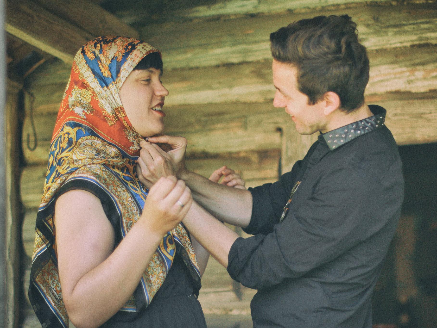 """Rebeka Põldsam ja Andreas Kalkun Seto Talumuuseumis näituse """"Kaetud peaga naised"""" avamisel. Foto: Aivo Põlluäär"""
