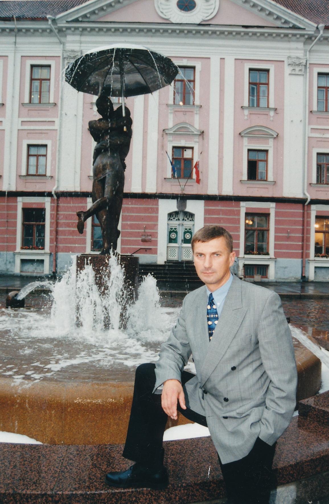 Andrus Ansip 1998. aastal Tartus Suudlevate Tudengite purskkaevu ees. Foto: Ove Maidla / Postimees / Scanpix