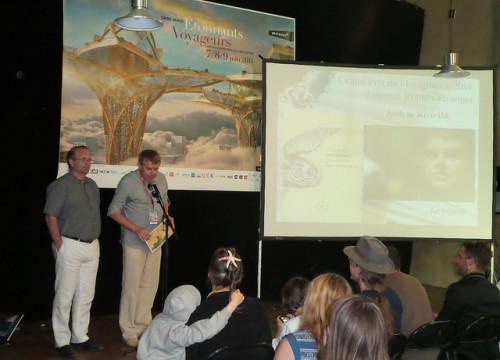 Andrus Kivirähk auhinda vastu võtmas. Foto: Kultuuriministeerium