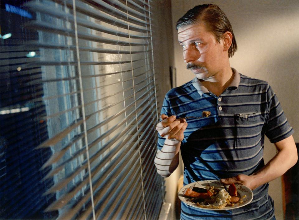 """Aki Kaurismäki töölisklassi triloogia esimene film """"Varjud paradiisis"""" (1986) näitab justkui kolmandat Soomet – häbelik prügivedaja kohtab viimaks oma elu armastust ning satub keerulistesse seiklustesse, kust ei puudu ka töökaaslase mõrv. Foto: Stseen filmist"""