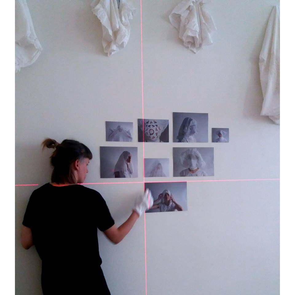 """Anna-Maria Saar näitusel """"Piiripealne"""". Foto: Aleksandra Kiskonen"""