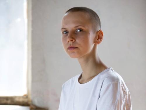 """Mari ajas oma juuksed maha ühest küljest Protestis kell 5 hommikul kohatud naise eeskujul, teisalt oma vähki põdeva ema toetuseks. """"Irooniline on see, et pärast mitmekuulist ravikuuri pole temal juuksed välja langenud, aga mina olen soenguga väga rahul,"""" ütleb Mari näituse jaoks antud intervjuus. Foto: Annika Haas"""