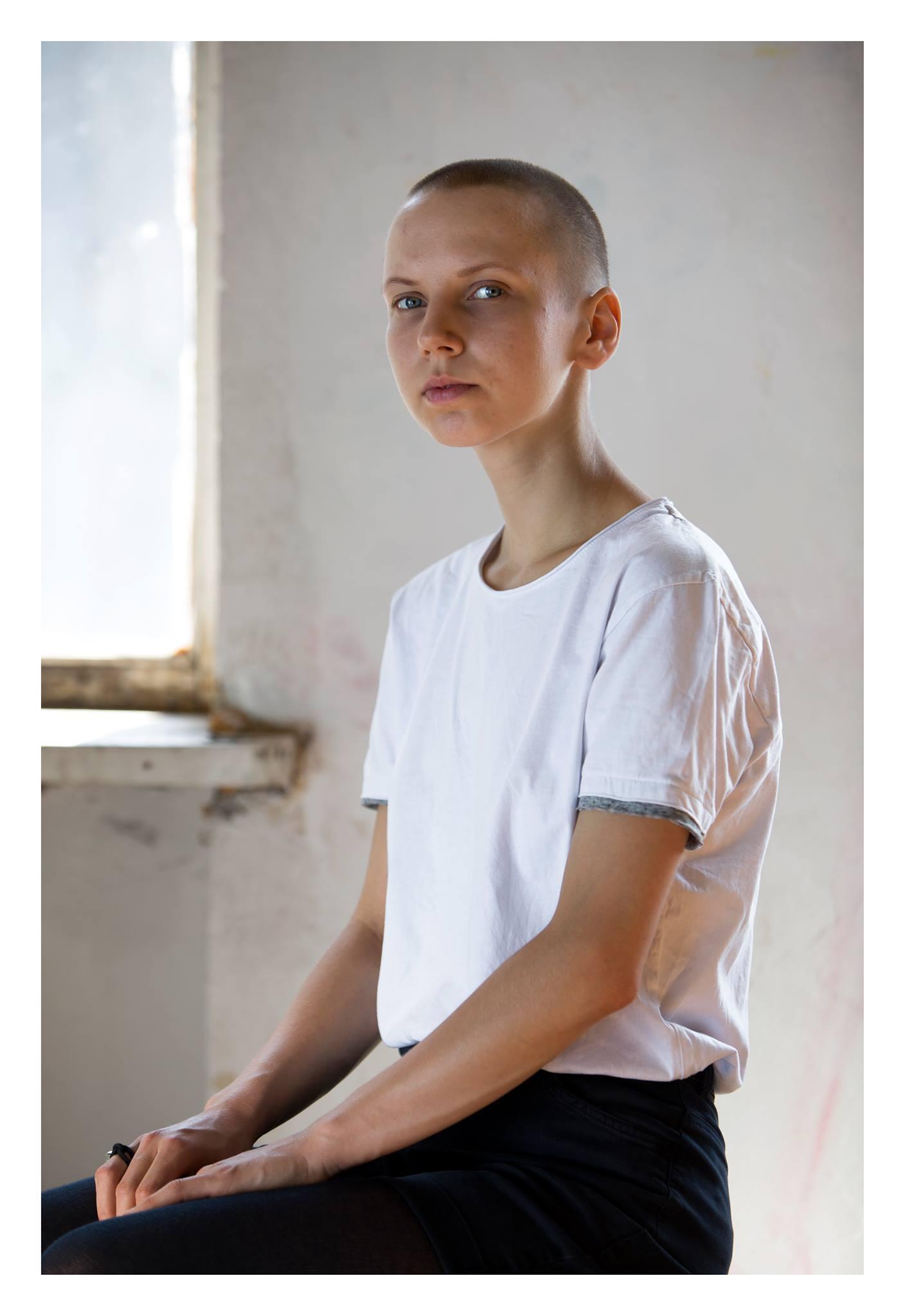 Mari ajas oma juuksed maha ühest küljest Protestis kell 5 hommikul kohatud naise eeskujul, teisalt oma vähki põdeva ema toetuseks. Foto: Annika Haas