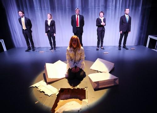 """Sander Puki lavastus """"Armastus ja raha"""" Dennis Kelly samanimelise näidendi põhjal Tallinna Linnateatris. Foto: Siim Vahur"""
