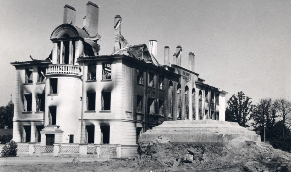 1941. aasta suvel purustatud Viljandi vabadussõja sammas ja Eesti Panga hoone. Foto: Viljandi Muuseumi fotokogu