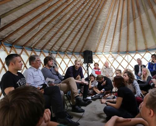 """Vestlusring """"Y-generatsioon ja väärtus"""" mullusel Arvamusfestivalil. Foto: Piia Ruber"""