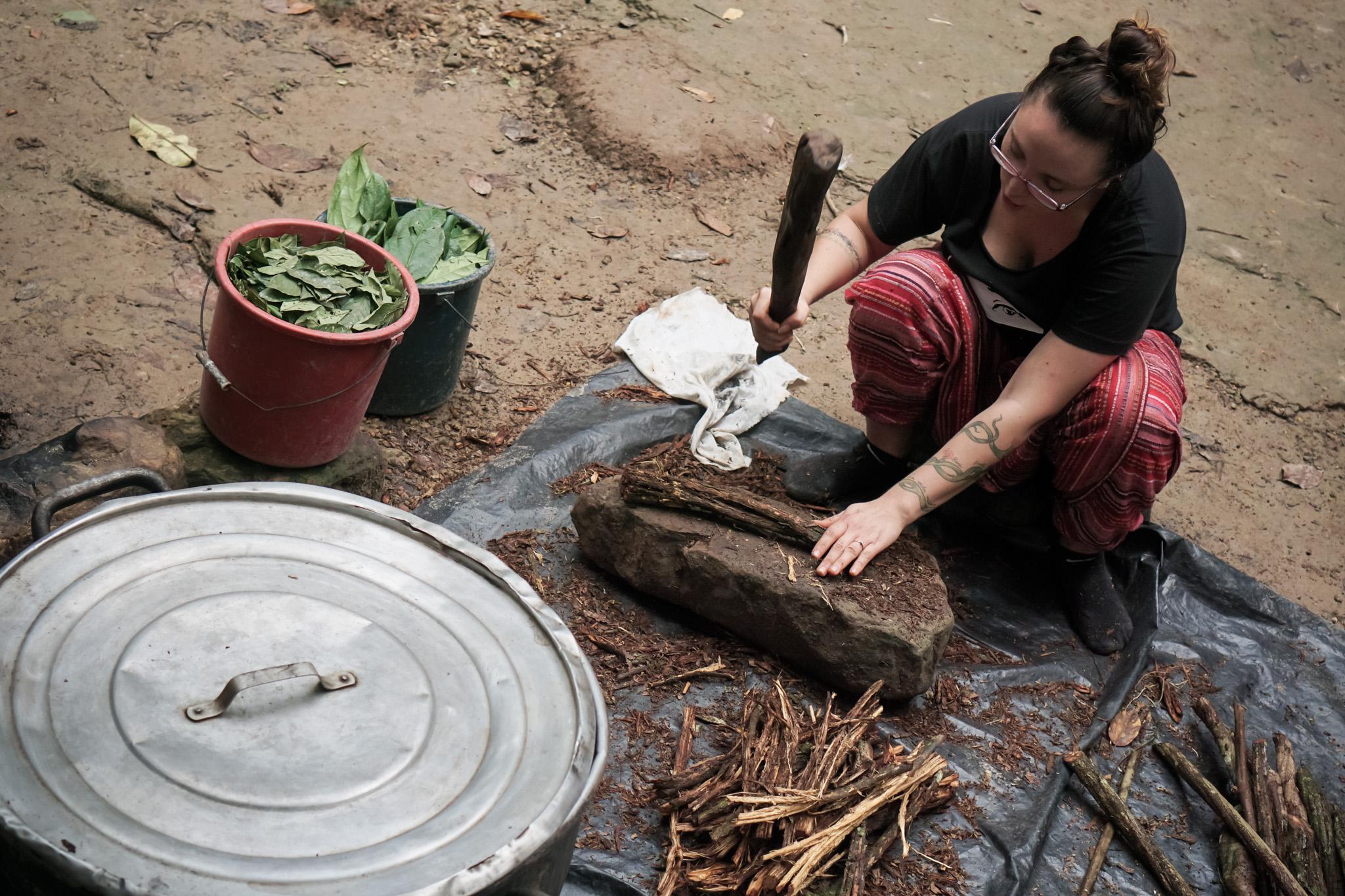 Šamaani õpilane Peruus ayahuasca't valmistamas. Foto: Terje Toomistu