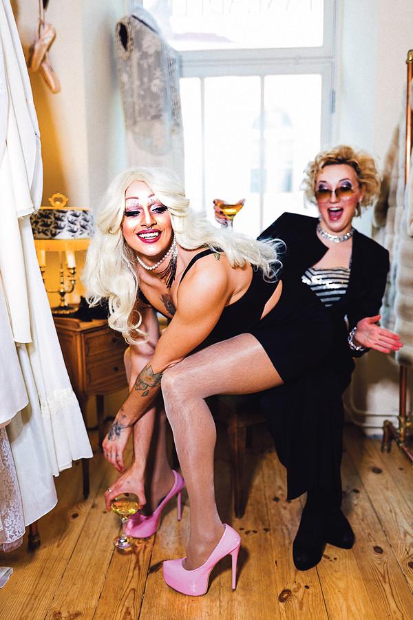Gei-, drag'i- ja ka absoluutselt kõigi teiste sõbraliku Tallinna peosarja tegijad Chloé Lagucci aka Anu Saagim ning Rebeka Rabota aka Anne Veski. Kõik fotod: Priit Mürk