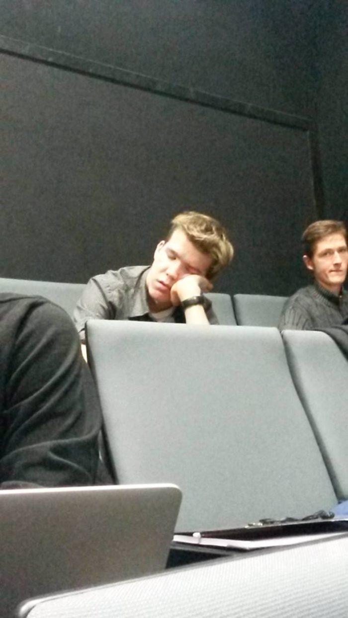 Hommikuni kestnud võtetest annavad aimu loengutes tukkuvad üliõpilased. Foto: Sander Saard