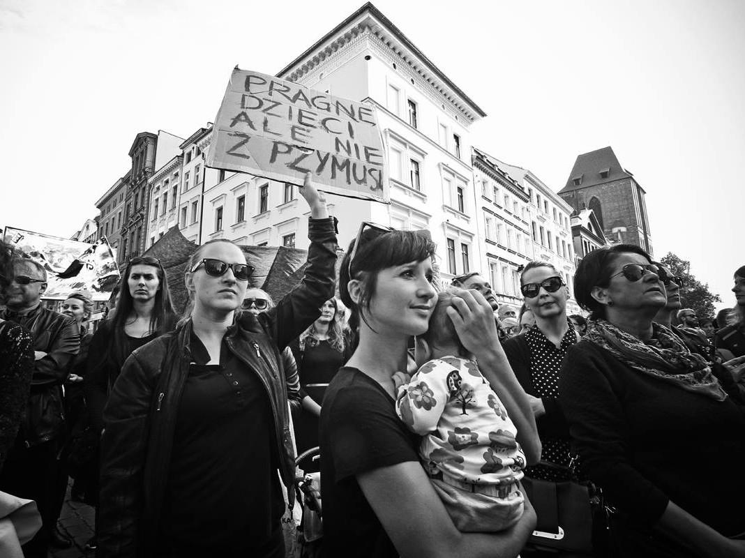 Üle Poola on toimunud juba mitu abordikeelu vastast protesti. Pildil kogunemine möödunud nädalavahetusel Torunis. Foto: Małgorzata Replińska
