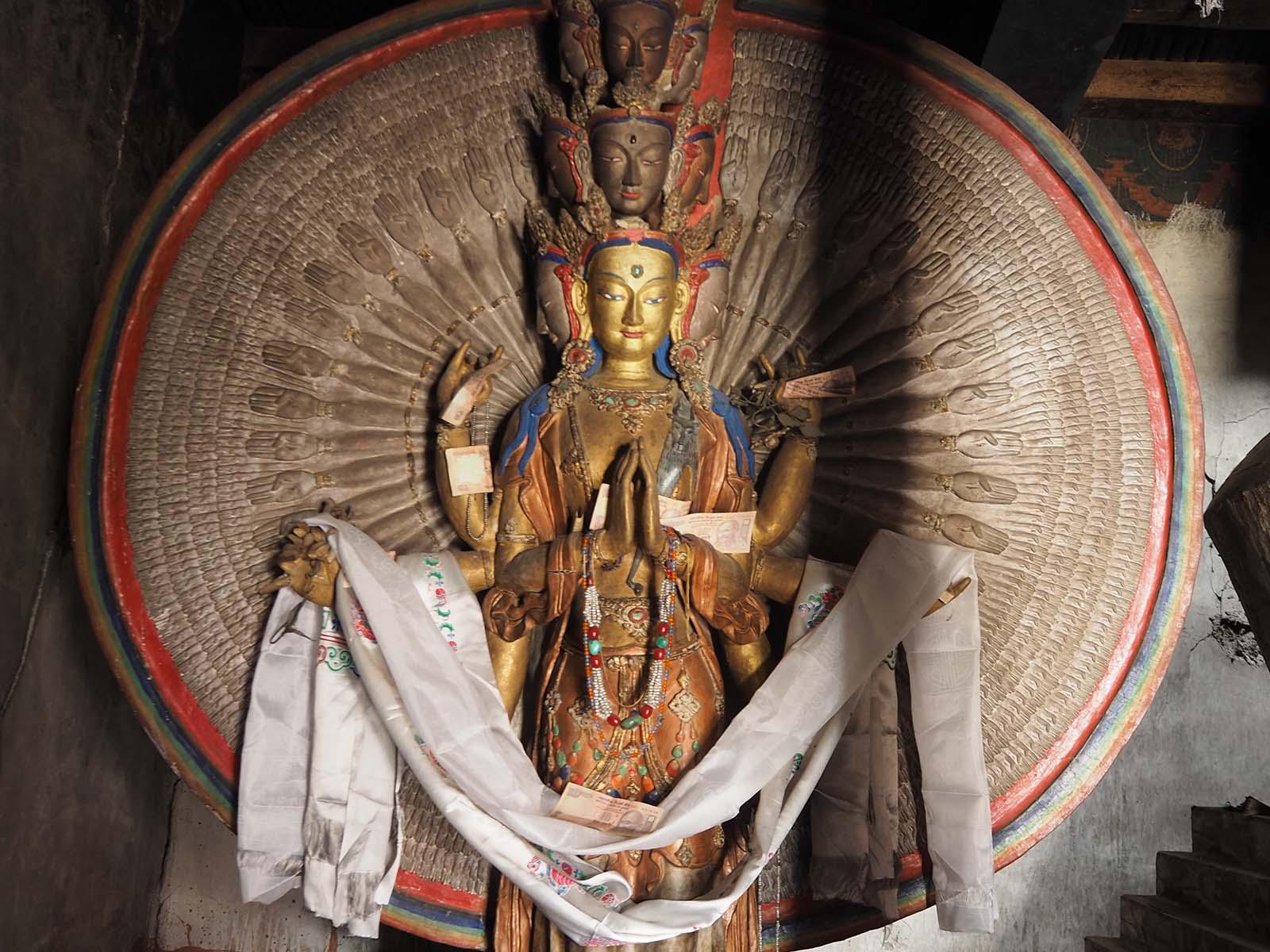 Tuhandekäeline kaastunde bodhisattva Avalokitešvara kuju, kelle kehastuseks peetakse ka dalai-laamat.