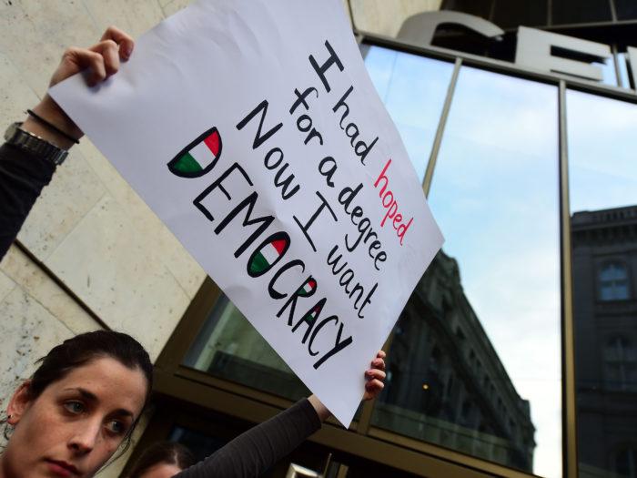 Kesk-Euroopa Ülikooli tudeng meeleavaldusel Budapestis. Foto: Attila Kisbenedek
