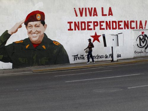 Venezuela rahva kiindumus endisesse presidenti Hugo Chávezesse vaatab vastu arvukatelt tänavamaalingutelt. Foto: Jorge Silva / Reuters