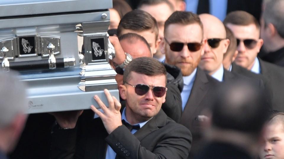 Kinahani jõugu liige Liam Byrne kannab Regency hotellis toimunud tulistamise käigus hukkunud venna David Byrne'i kirstu. Foto: The Irish Times