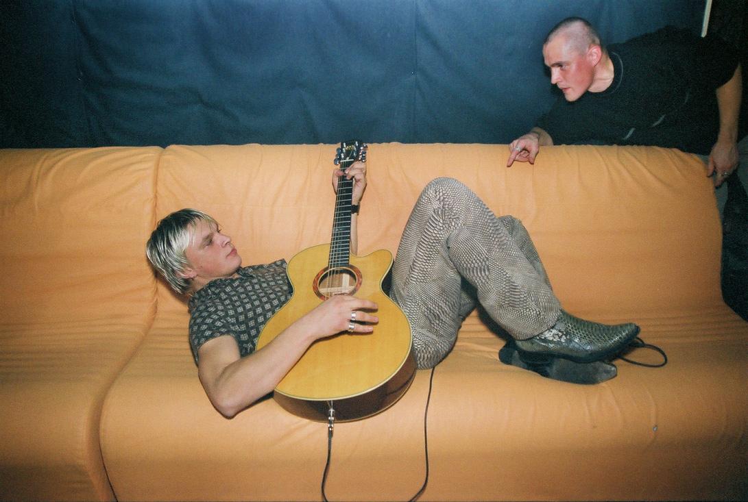 2002. aasta oktoobris Club Tallinnas toimunud peol Sports Cabaret tegi Tanel Padar enne õhtust laivi pisikese unplugged soojenduskontserti, mida on kuulama jäänud Club Tallinna resident Eero Mander. Foto: Vahur Puik