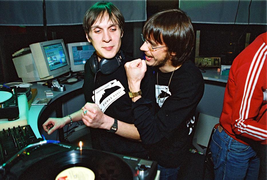 2002. aasta novembris toimus Club Tallinnas Krahli Klassiõhtu, kus keerutasid plaate näitlejad Taavi Eelmaa ja Juhan Ulfsak. Foto: Vahur Puik