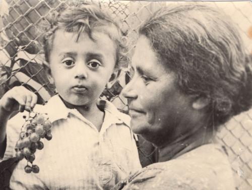 Jaana ja Brigitta Davidjantsi orvust vaarvanaema Haikanuš leiti genotsiidi lõpuaastal praeguse Aserbaidžaani aladel ringi uitamast. Haikanuš paigutati kasuperesse Bakuus. Kui vaarvanaema sai viisteist, tuli talle kosja Mušegh Davidjants ja nii need asjad läksidki. Pildil õdede Davidjantside isa ja vaarvanaema. Foto: erakogu