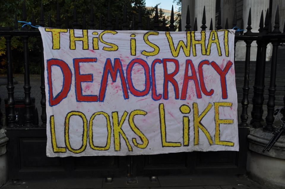 Demokraatia ei ole ainult iga mõne aasta tagant valimissedeli kasti libistamine. Demokraatlik kodanik on alati valvas, ta ei piirdu pealtvaatamisega, vaid sekkub poliitilisse protsessi valimisteni ootamata. Foto: Flickri kasutaja ale (CC BY-SA 2.0)