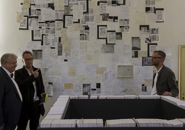 """Ilmne paratamatus"" Veneetsia biennaalil 2013. Autor Dénes Farkas paremal."