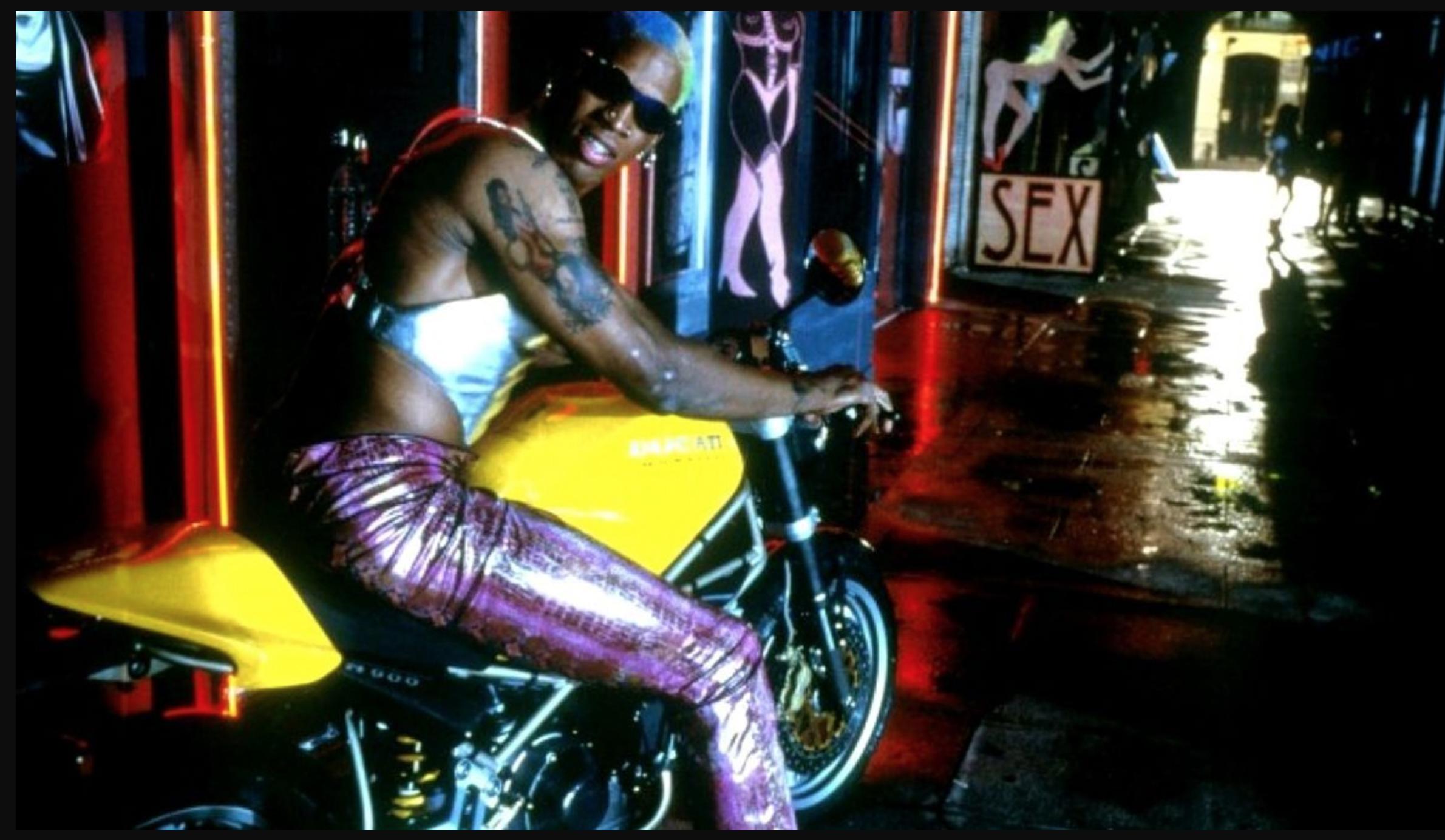 """Dennis Rodman on üks NBA ajaloo värvikaimatest karakteritest. Ta on iseendaga abiellunud ja mänginud märulifilmis koos Jean-Claude Van Damme'iga ning Põhja-Korea juht Kim Jong-un on tema hea sõber. Kaader filmist """"Double Team"""""""