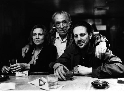 """Bukowski sõpradega: Faye Dunaway, Charles Bukowski ja Mickey Rourke """"Baarikärbse"""" võtteplatsil."""