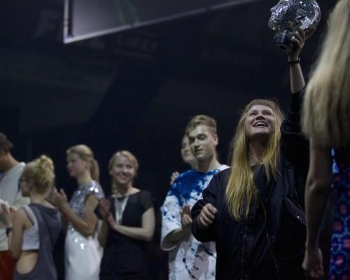 Anja Yelizaryeva hoiab õhus ERKI võidutrofeed. Foto: Vladimir Ljadov