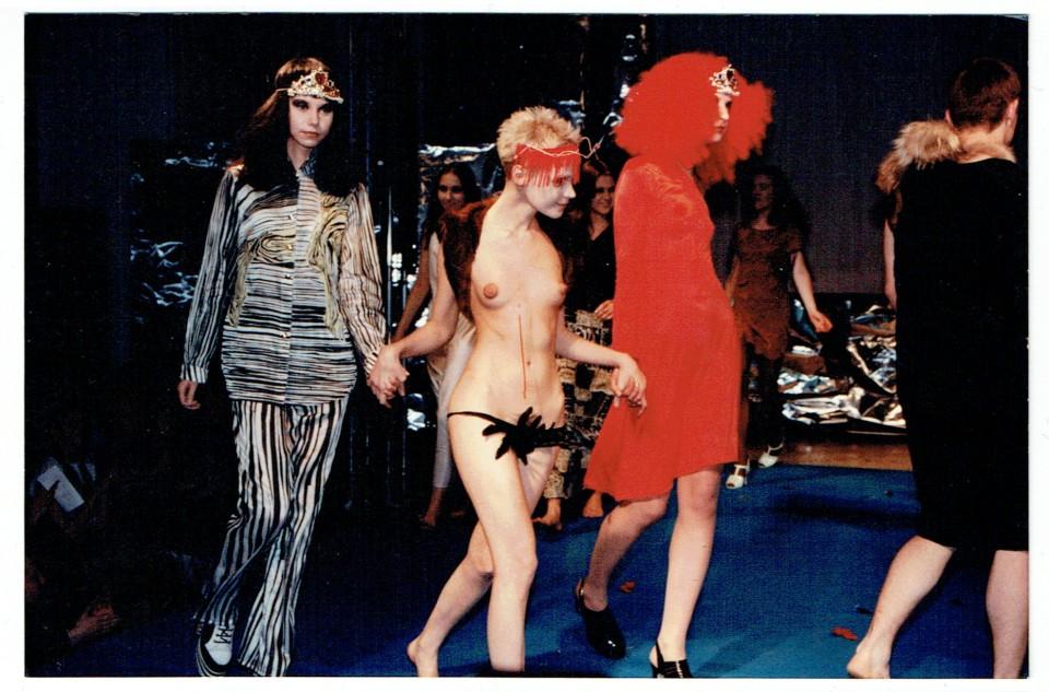 """Vassilissa modellina Tanel Veenre ja Aldo Järvsoo kollektsiooni """"Kui kuningannadel on päevad"""" defileel (1996). Foto: EKA moeosakonna arhiiv"""